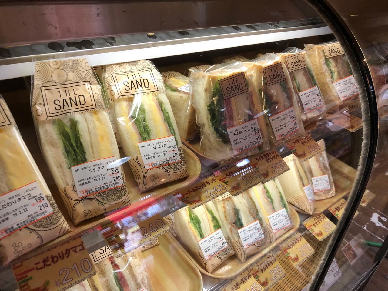 種類豊富なサンドウィッチが並ぶ
